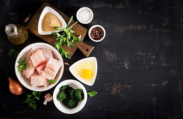 Składniki na domowej roboty dorsz ciasto rybne, szpinak, jajko i bułkę tartą.