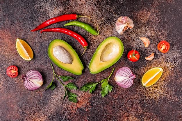 Składniki na guacamole: awokado, limonka, pomidor, cebula i przyprawy