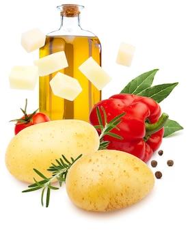 Składniki na gulasz. ziemniaki, papryka czerwona, oliwa z oliwek, liść laurowy, pieprz czarny i rozmaryn. na białym tle