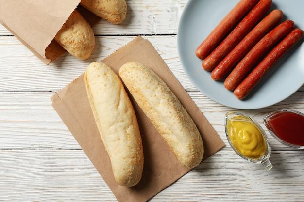 Składniki na hot dog na biały drewniany rustykalny