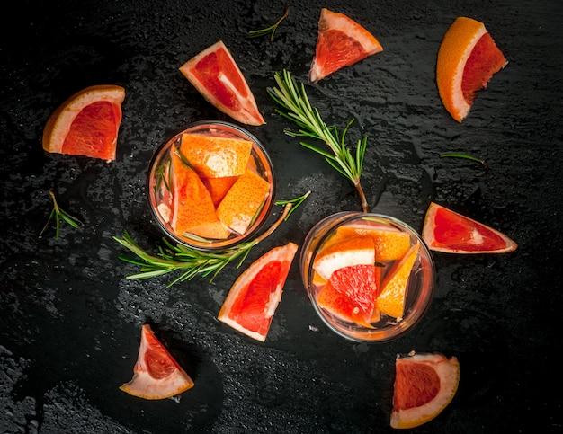 Składniki na letni koktajl grejpfruta i rozmarynu