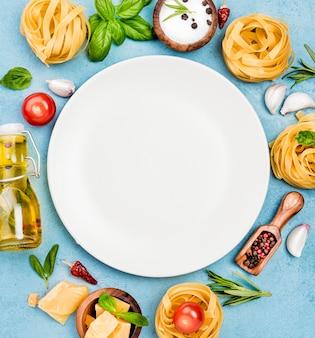 Składniki na makaron z talerzem warzywnym