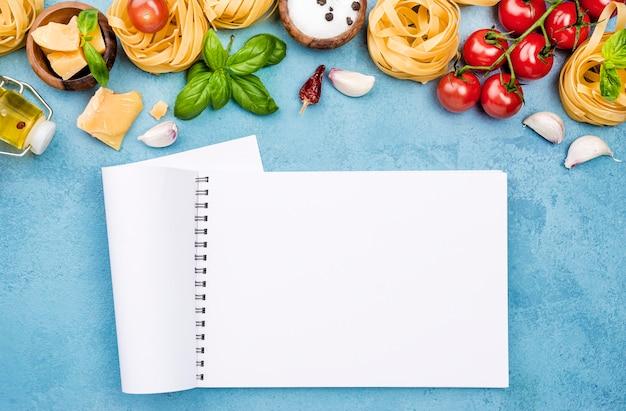Składniki na makaron z warzywami i notatnikiem
