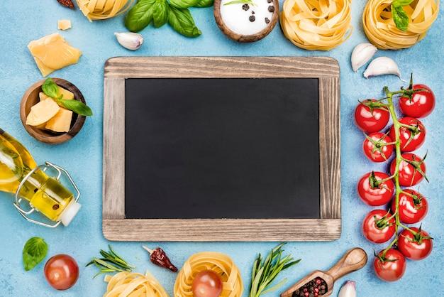 Składniki na makaron z warzywami i tablicą