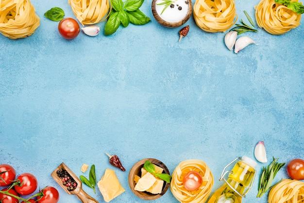 Składniki na makaron z wyrównanymi warzywami