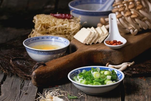 Składniki na ramen azjatyckiej zupy