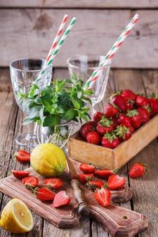Składniki na sok truskawkowy.