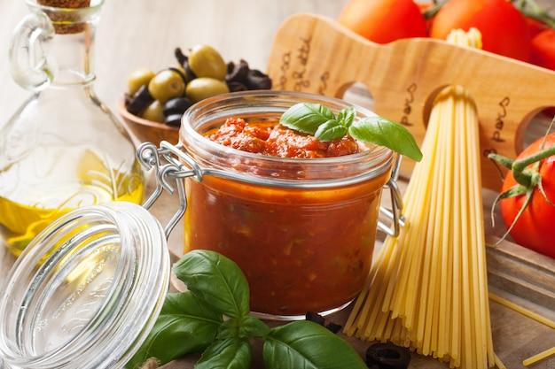 Składniki na spaghetti z sosem pomidorowym