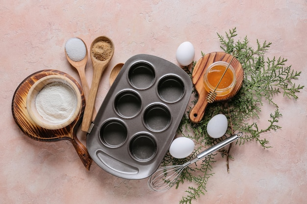 Składniki na świąteczne babeczki i naczynia do pieczenia