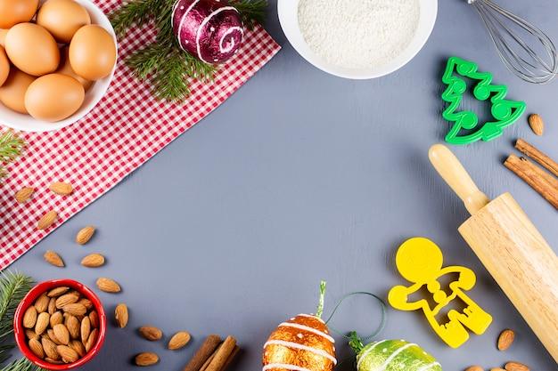 Składniki na świąteczne ciasteczka, wałek do ciasta i foremki do ciastek. świąteczne gotowanie