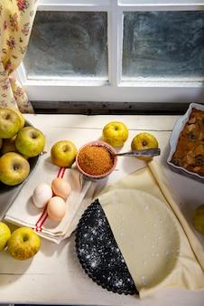 Składniki na szarlotkę, jabłka, jajka, ciasto