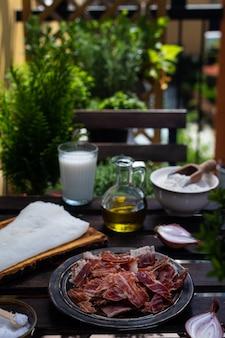 Składniki na tradycyjne hiszpańskie krokiety na drewnianym stole