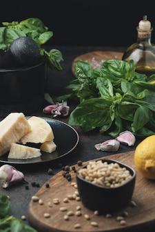 Składniki na tradycyjny włoski sos pesto (pesto alla genovese). kuchnia śródziemnomorska