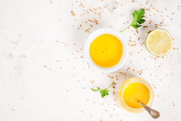Składniki na wiosenne sosy sałatkowe