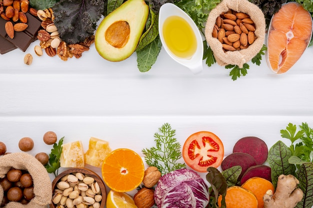 Składniki na wybór zdrowej żywności na białym tle