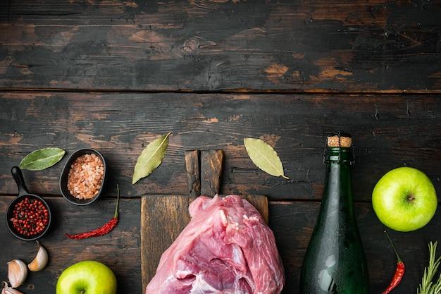 Składniki na zestaw pieczonej polędwiczki wieprzowej, z suchym cydrem jabłkowym, na starym ciemnym tle drewnianego stołu, widok z góry płaski, z miejscem na kopię na tekst