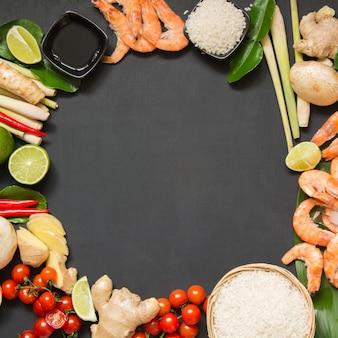 Składniki na zupę tajską tom-yum kung.