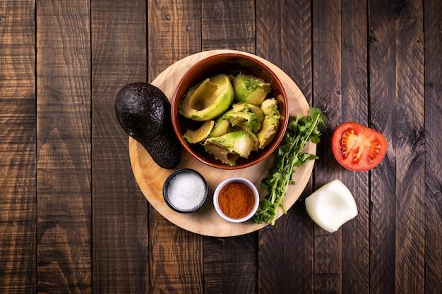Składniki przygotowane do przygotowania świeżej, naturalnej i domowej roboty guacamole. zdrowe i wegetariańskie jedzenie