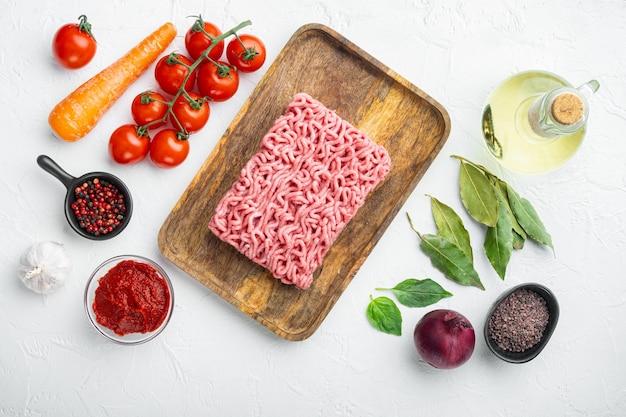 Składniki sosu bolońskiego, pomidor z mielonym mięsem i ziołami