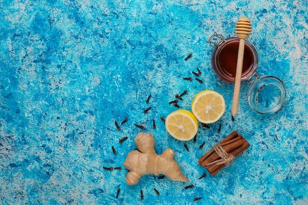 Składniki: świeży imbir, cytryna, laski cynamonu, miód, suszone goździki dla uzyskania zdrowego napoju witaminowego wzmacniającego odporność