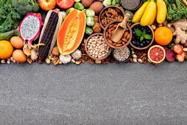 Składniki ustawione na wybór zdrowej żywności. tło lato