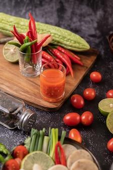 Składniki używane do sałatki to pomidory, papryka, limonka i gorzka tykwa.
