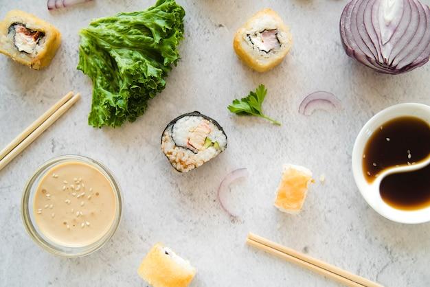 Składniki z rolkami sushi