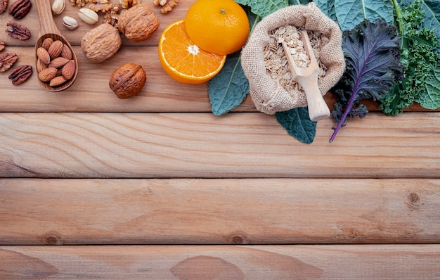 Składniki zdrowej żywności na odrapanym drewnie
