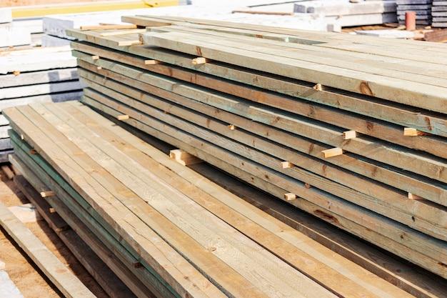 Składowanie płyt i materiałów budowlanych na placu budowy.