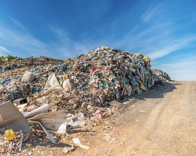 Składowisko odpadów komunalnych w celu włączenia gruntów