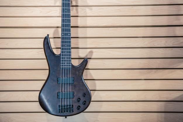 Sklep gitarowy z gitarą w ścianie