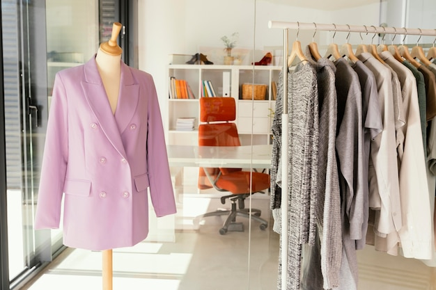 Sklep odzieżowy z wieszakiem na ubrania