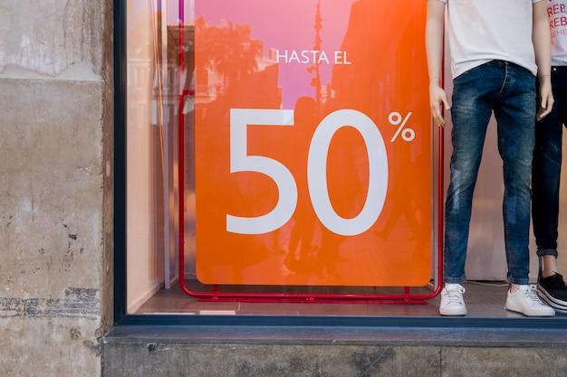 Sklep okienny z plakatem sprzedaży