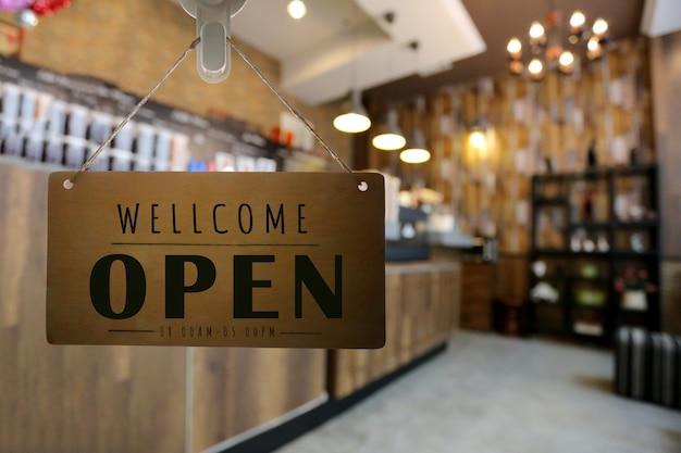 Sklep otwarty z szyldem, restauracja pokazuje stan otwarcia