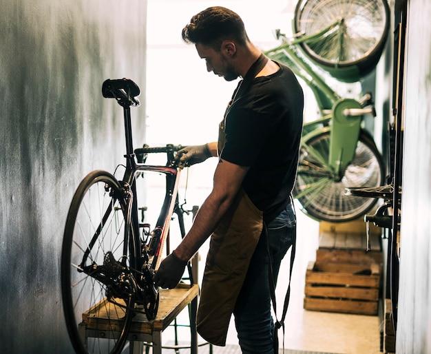 Sklep rowerowy z sprzedawcą