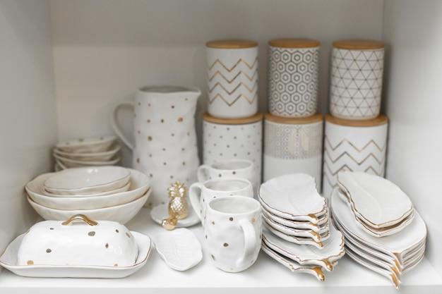 Sklep z naczyniami. półka w szafce z kompletem naczyń