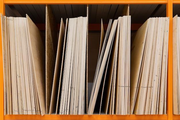 Sklep z narzędziami: regały z dużymi drewnianymi deskami.