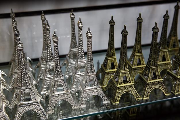 Sklep z pamiątkami w paryżu. małe kopie wieży eiffla.