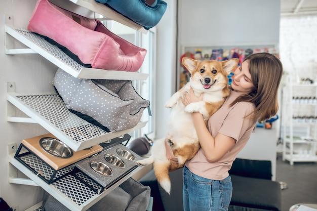 Sklep zoologiczny właściciel psa wybiera legowisko w sklepie zoologicznym