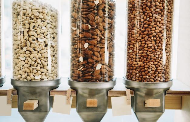 Sklepowe dozowniki zero waste na zboża, orzechy i ziarna w ekologicznym sklepie spożywczym bez plastiku