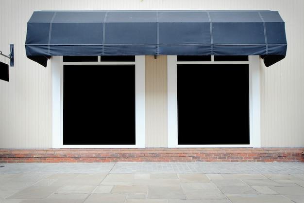 Sklepowy frontowy sklep z frontowymi markizami i pustym wyświetlaczem