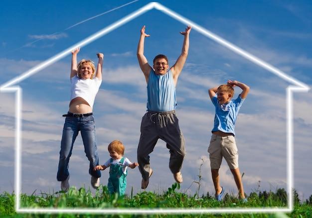 Skocz szczęśliwy ojciec rodziny matki i dwoje dzieci. dom marzeń pod błękitnym niebem