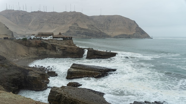 Skok zakonnika, słynny klif w chorrillos lima peru, grupa ogromnych skał na wybrzeżu, fale uderzające o skały
