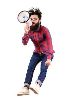 Skoki brodaty hipster w koszuli krzycząc do megafonu, obraz na białym tle