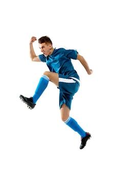 Skoki. śmieszne emocje profesjonalnego piłkarza na białym tle na tle białego studia. miejsce na reklamę. ekscytacja w grze, ludzkie emocje, wyraz twarzy i pasja z koncepcją sportu.