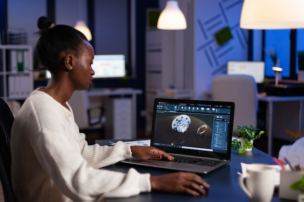 Skoncentrowana afroamerykańska kobieta inżynier pracująca przy prototypie sprzętu przemysłowego