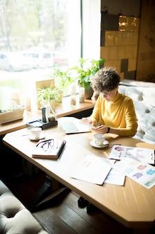 Skoncentrowana biznesowa dama używa gadżetu