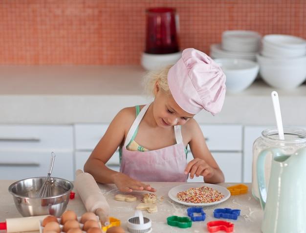 Skoncentrowana dziewczyna do pieczenia
