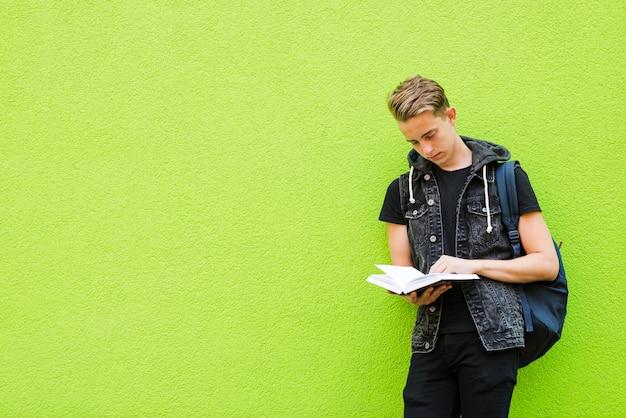 Skoncentrowana książka do czytania człowieka