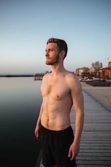 Skoncentrowana młoda sportowiec pozycja przy plażą